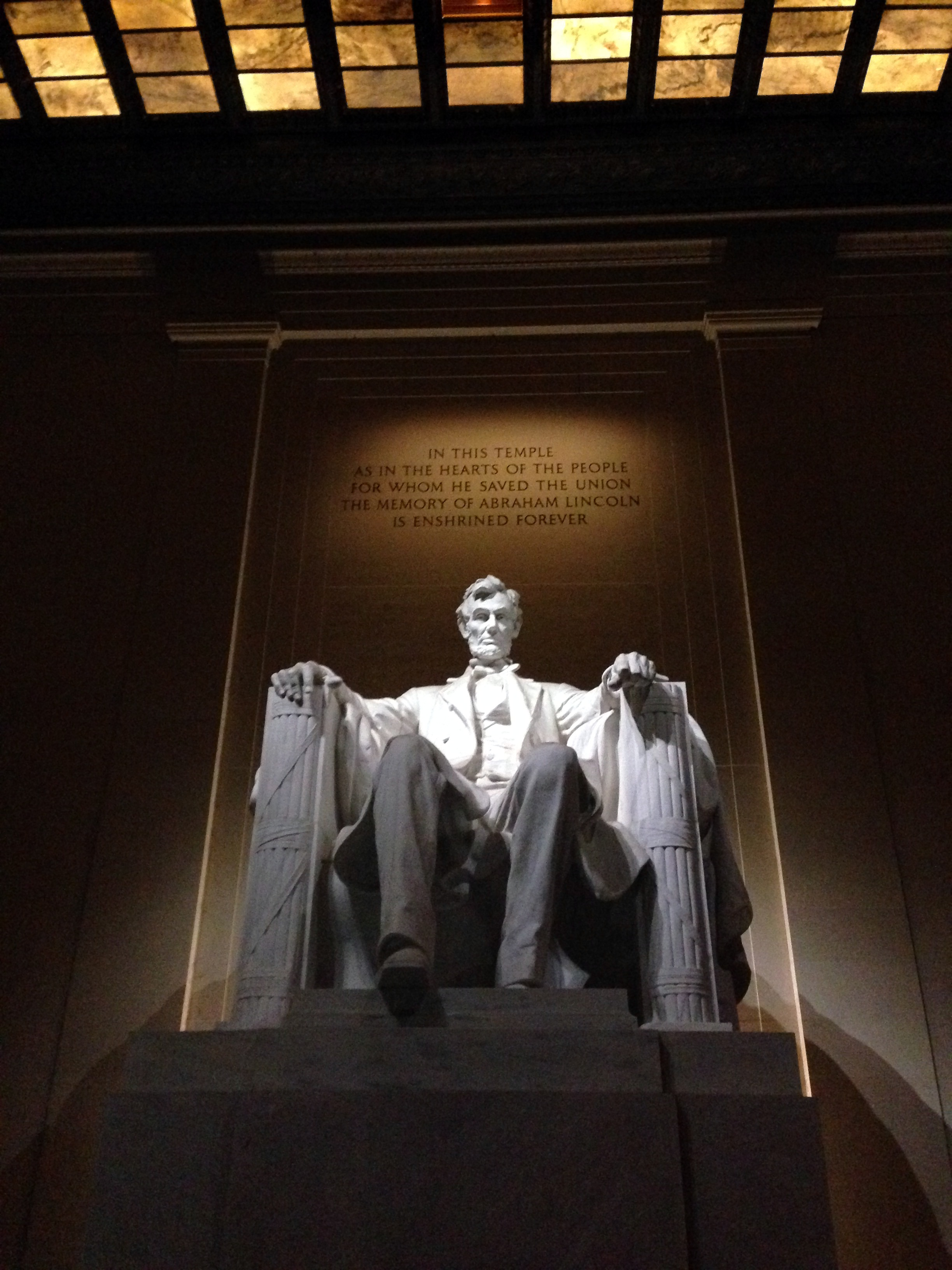 Photo of the Lincoln Memorial at night